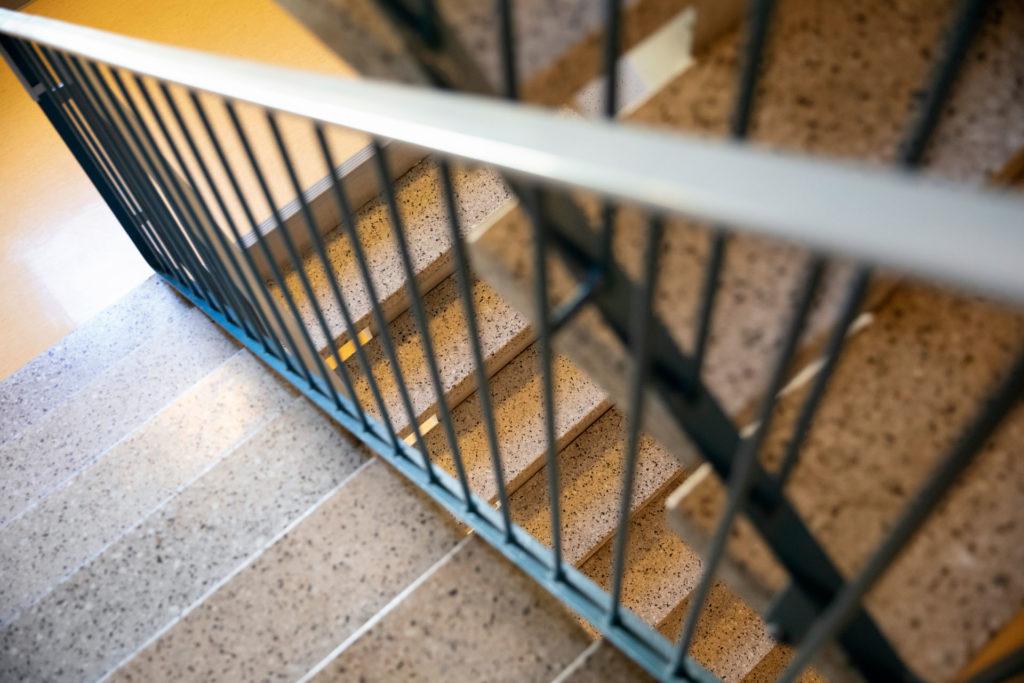 Tutustu kiinteistösti pelastussuunnitelmaan. Tyhjä portaikko, kuvakulma alaspäin.