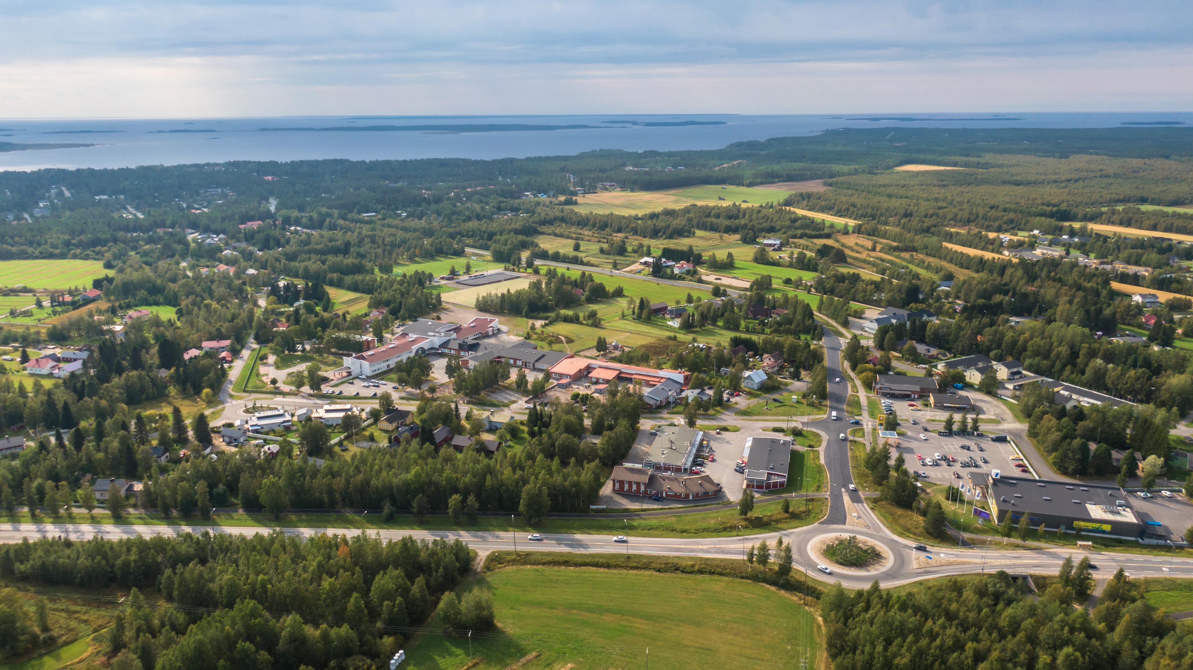 Lintuperspektiivistä maisemakuva Kellon keskustasta Haukiputaalta. Liikenneympyrä ja lähikauppoja. Meri näkyy taustalla.