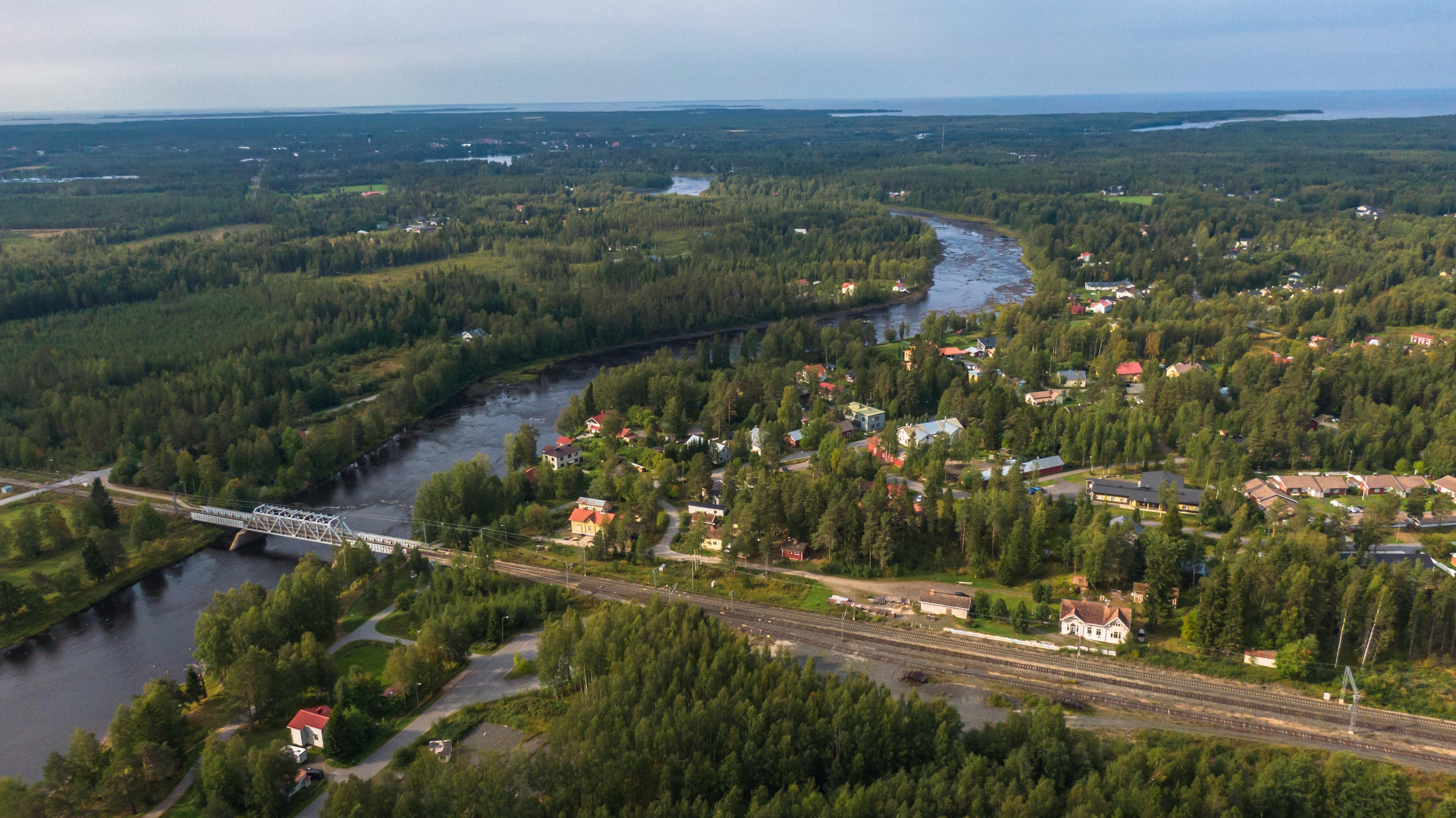 Dronen avulla otettu ilmakuva Haukiputaan Asemakylältä. Alkusyksyn maisemaa. Metsää ja jokiympäristöä.