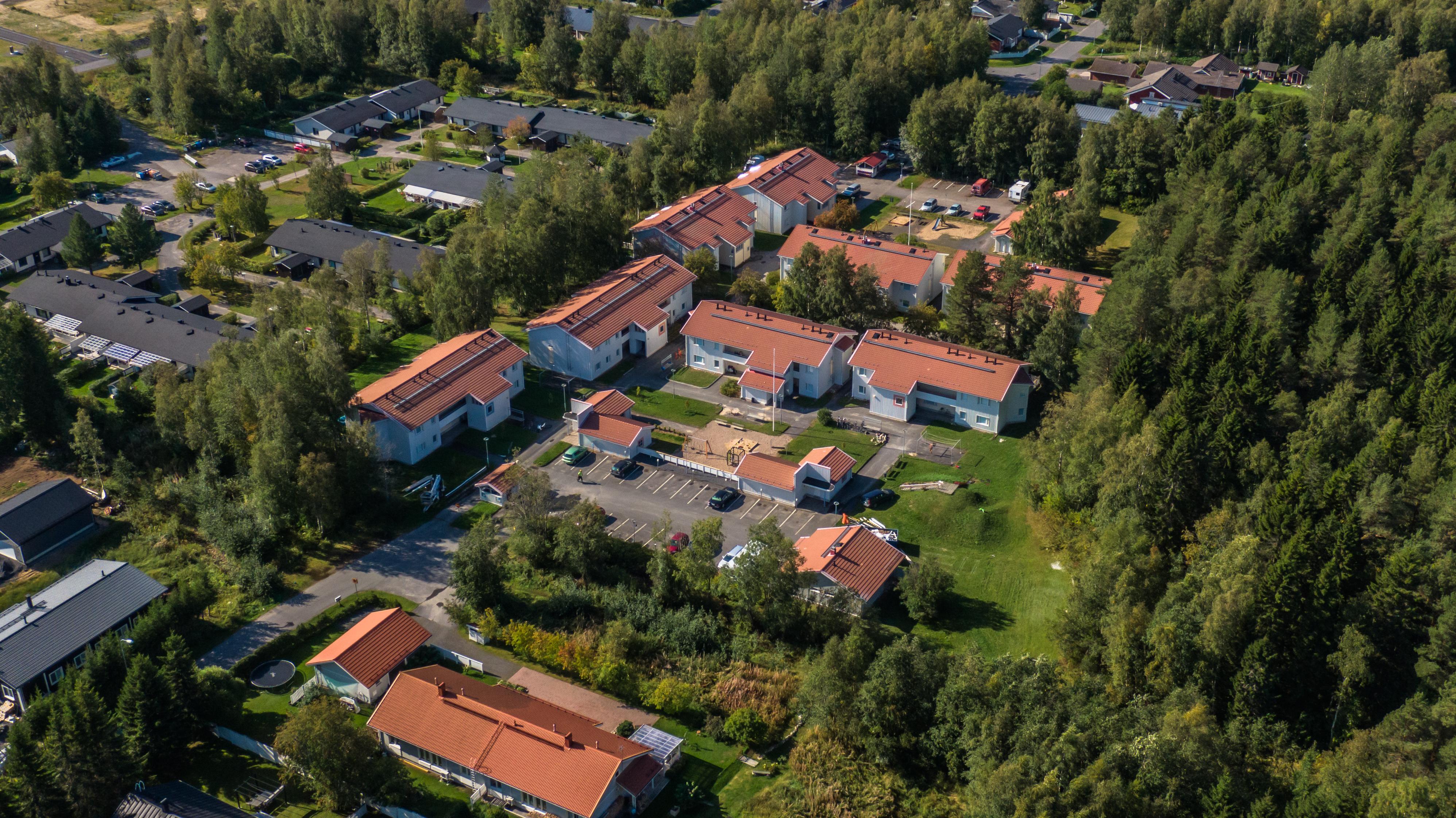 Ilmakuvassa Sivakan vuokra-asuntoja: luhtitaloja. Siistiä metsäistä asuinaluetta.