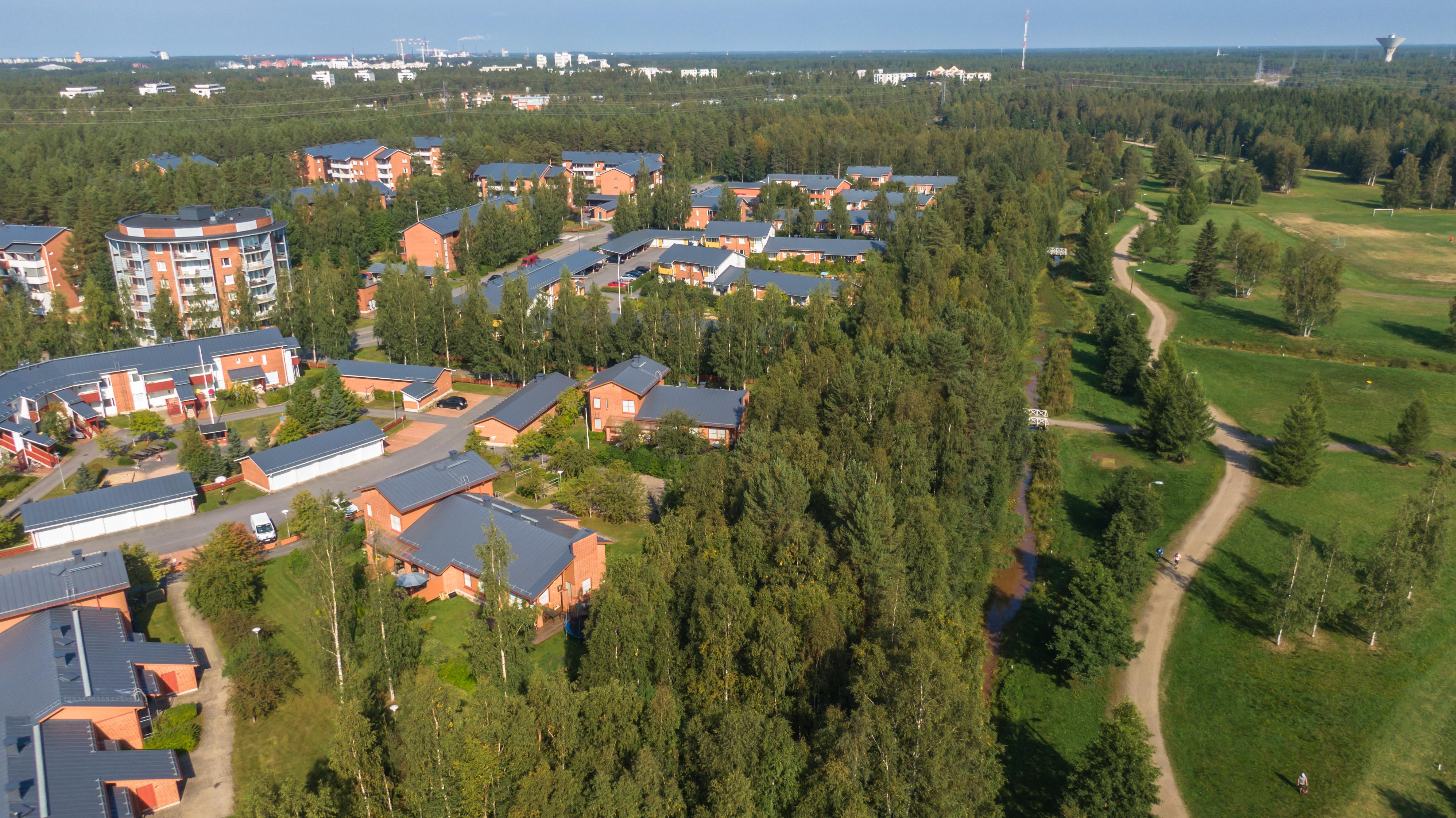 Kesäinen ilmakuva Hiirosesta Oulusta. Alueella on tarjolla Sivakan vuokra-asuntoja.