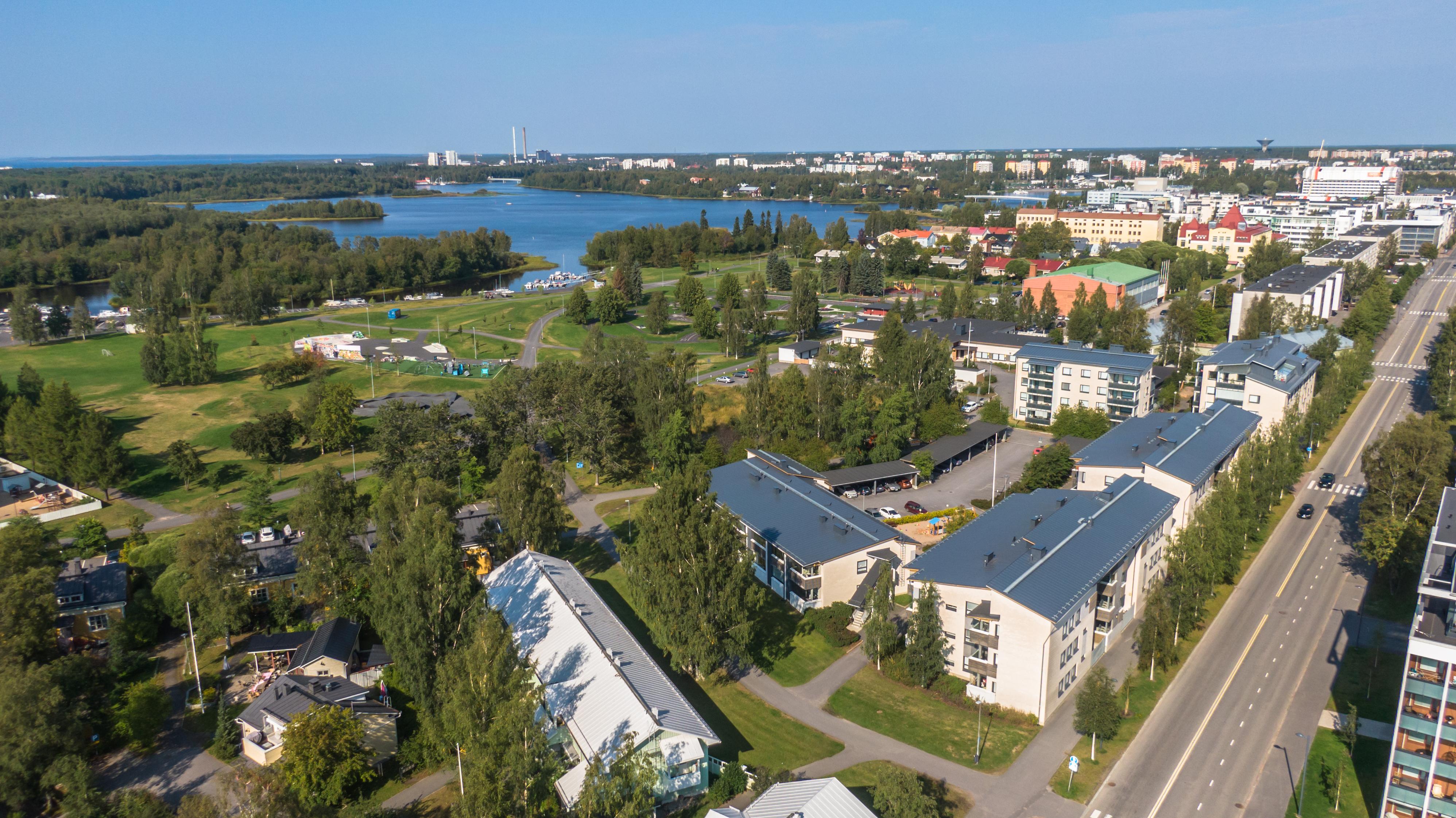 Sininen taivas, kesällä ilmasta otettu kuva Oulun Hollihaassa. Katunäkymää ja kerrostaloja.