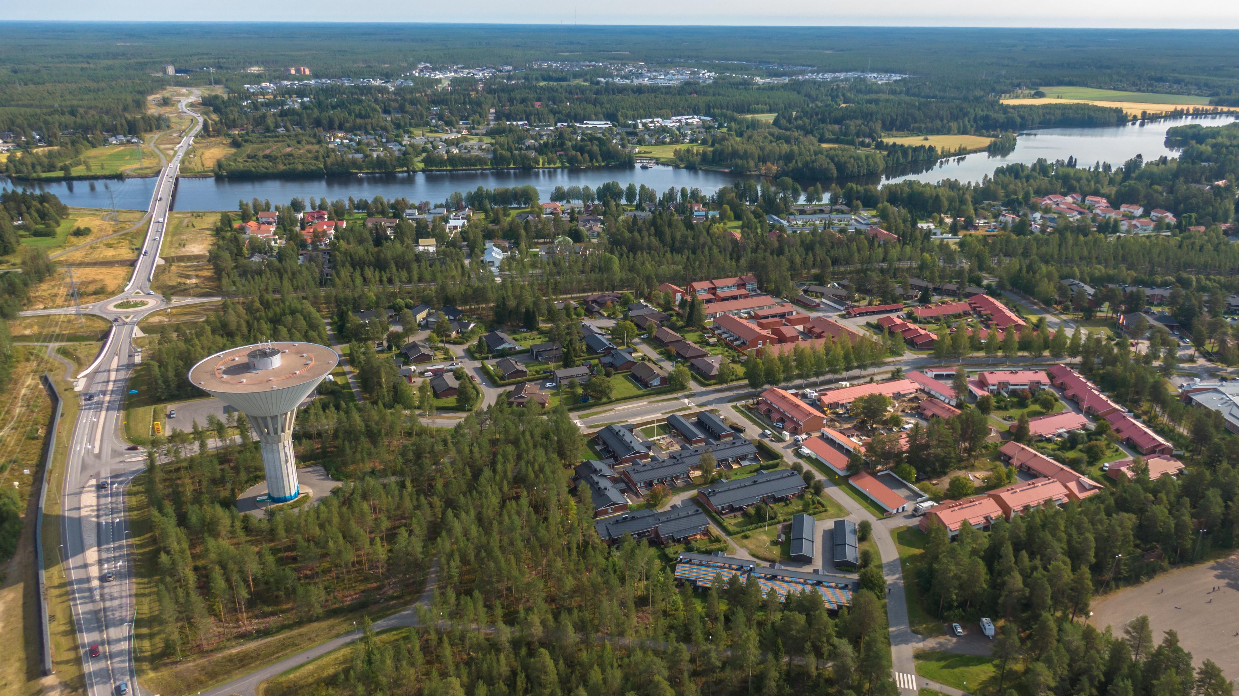 Kesällä ilmasta otettu kuva Knuutilankankaalta Oulusta. Vasemmassa reunassa alueen tunnettu maamerkki eli vesitorni. Metsää ja runsaasti punakattoisia taloja.