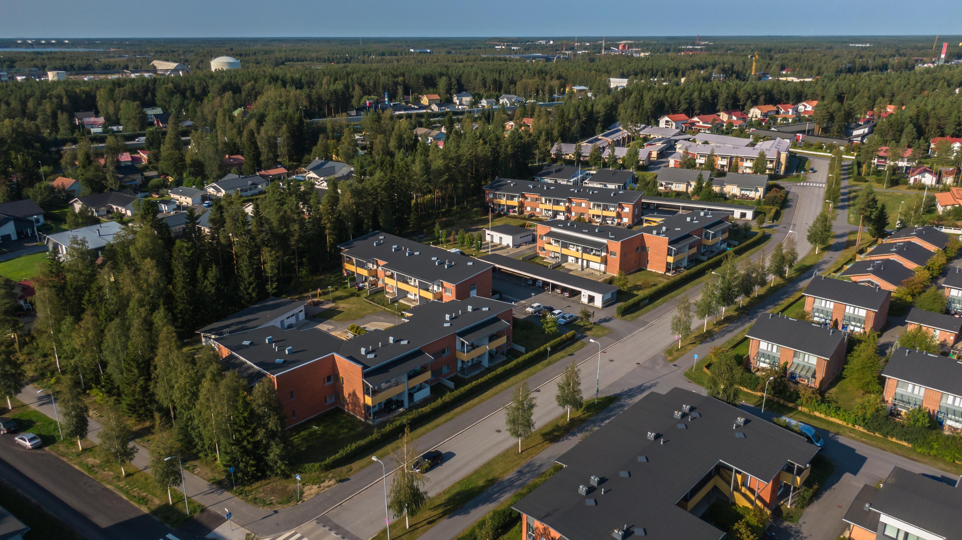 Oulun Kynsilehdossa ilmasta dronen avulla otettu kuva. Kaupunkilähiötä hyvine kulkuyhteyksineen ja metsää.