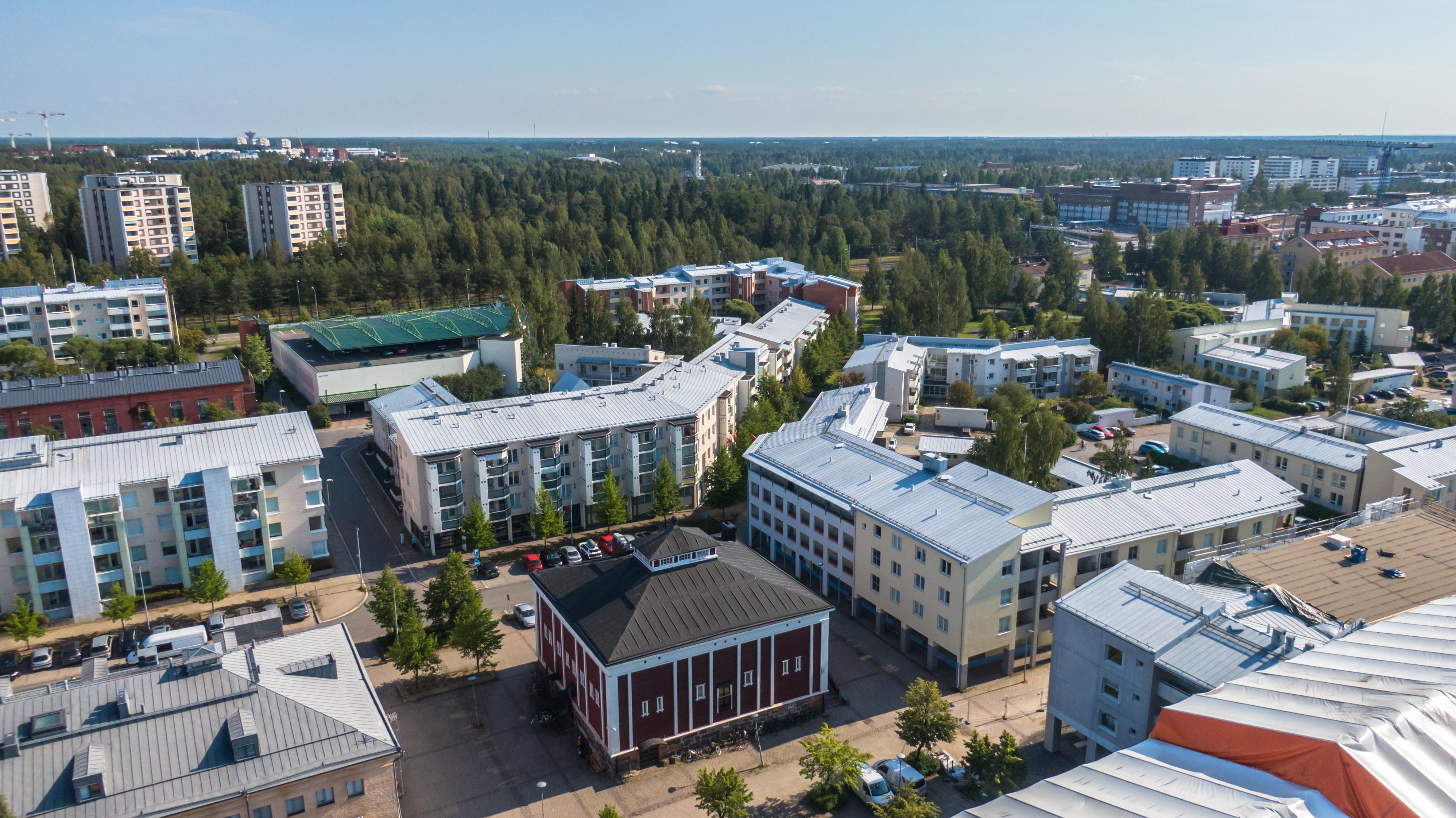 Kerrostaloasutusta ilmasta kuvattuna Oulun Myllytullissa.