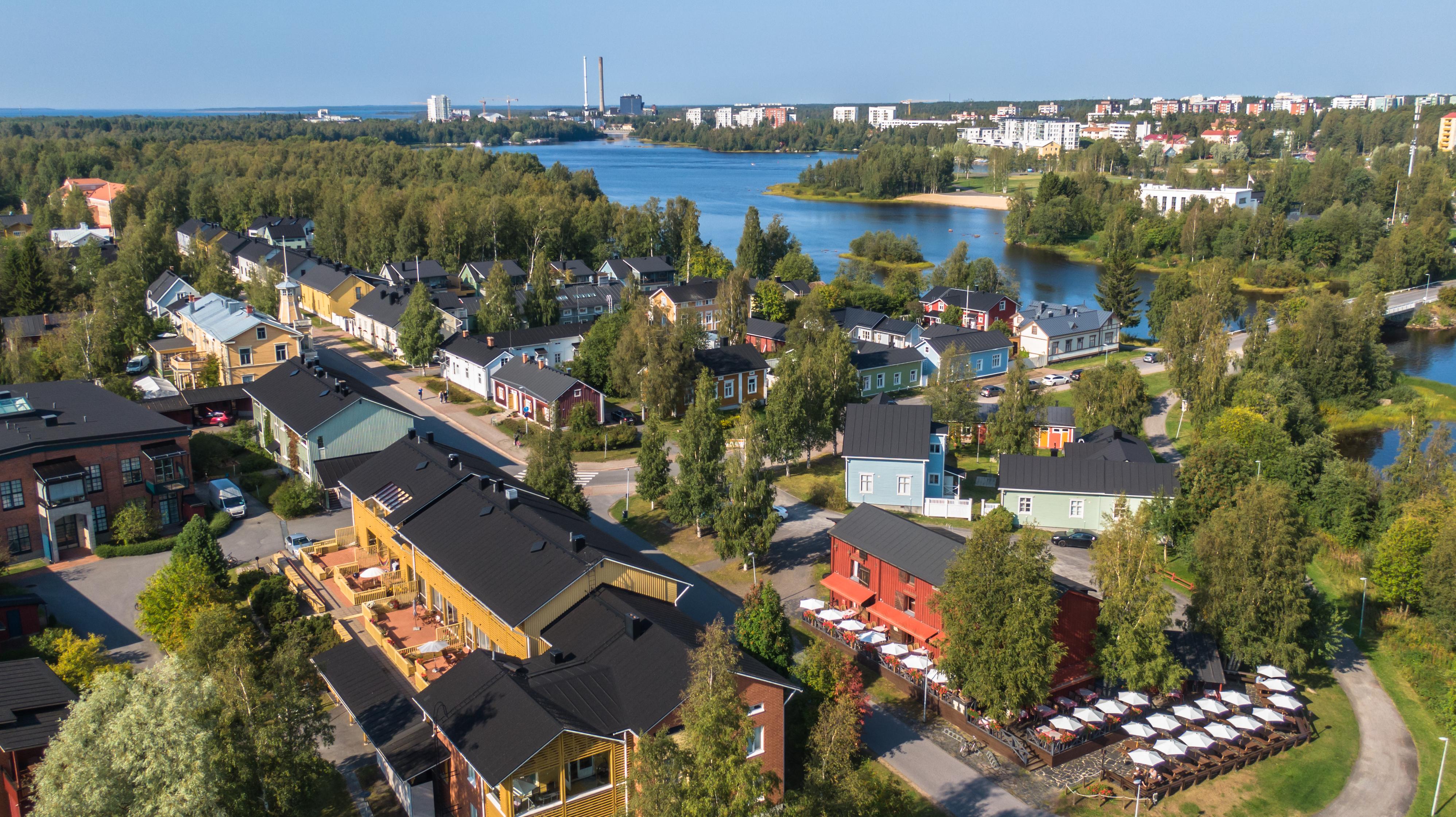 Kesäkuva ilmasta otettuna Oulun Pikisaaressa. Tyylikkäitä erivärisiä puutaloja. Oulujoen suistoa.