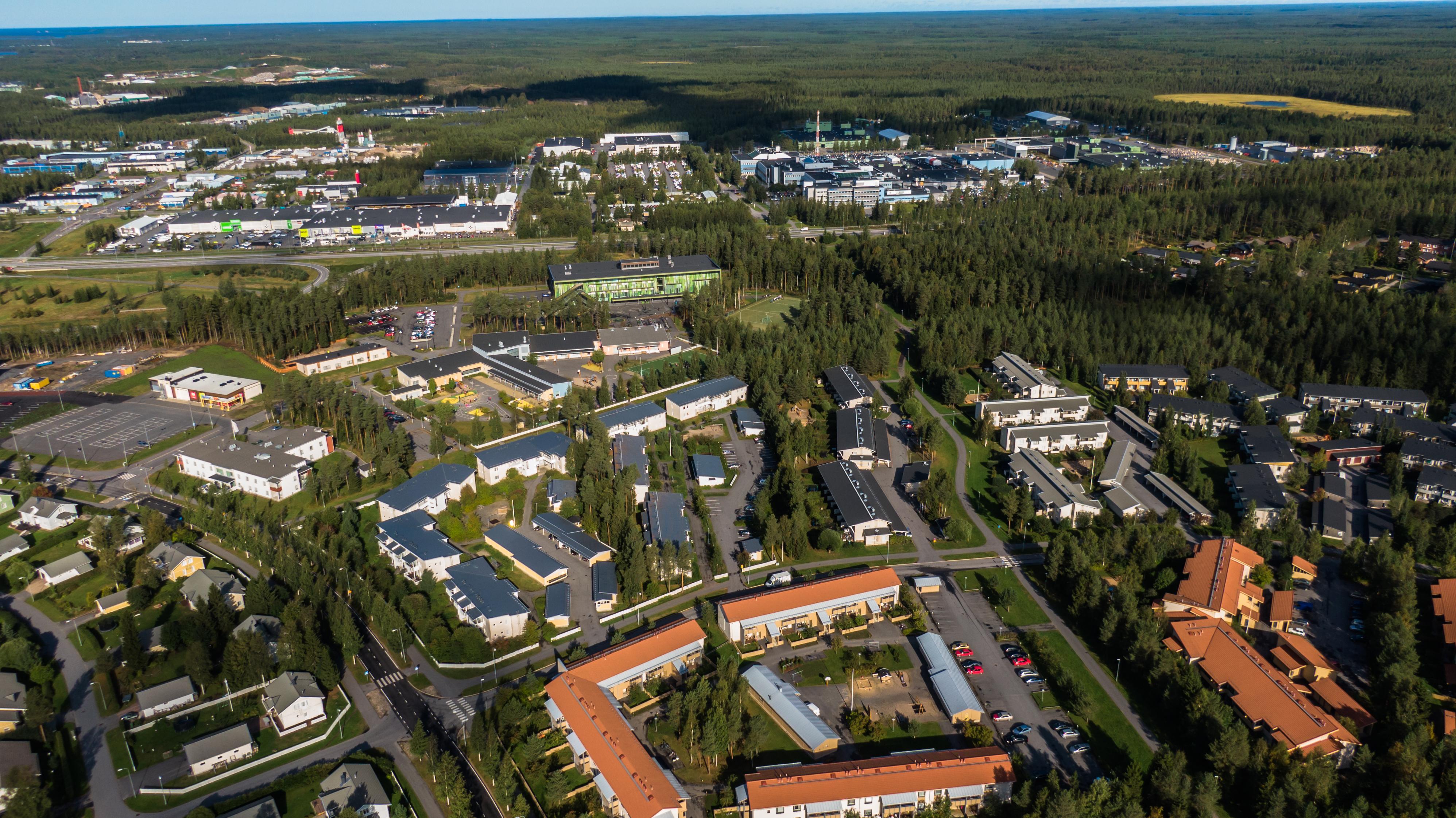 Ilmasta otettu kuva Oulun Talvikankaalta. Monipuolista rakennuskantaa. Taustalla metsämaisemaa.